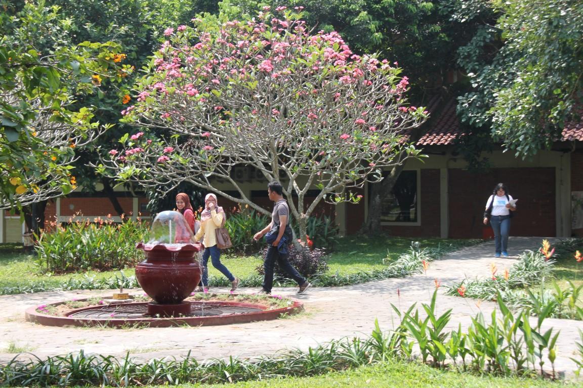 Hasil gambar untuk suasana di kampus ui